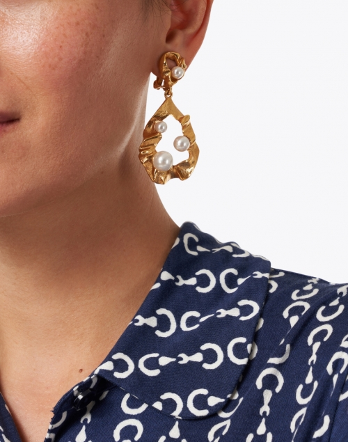 Oscar de la Renta - Gold Crinkled Metal and Pearl Drop Earring
